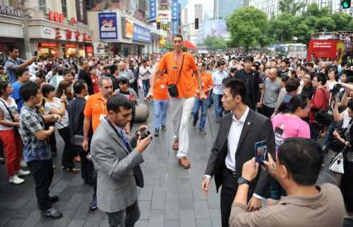 Dünyanın en uzun adamı Çin'de günün adamı ilan edildi