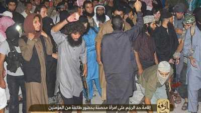 IŞİD vahşeti, zina yaptı diye kadını taşlayarak öldürdüler