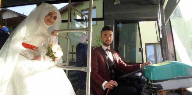 Halk otobüsünü gelin arabası yaptı