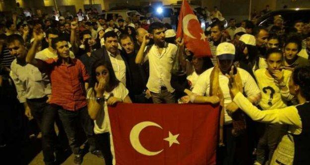 Cizre'de Türk bayraklarıyla cuntacılana protesto