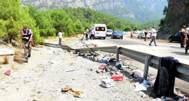 Tatil dönüşü tur tobüsü devrildi, 6 ölü 20 yaralı var