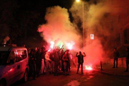 Fenerbahçeli taraftarlar Beyaz TV'yi bastı