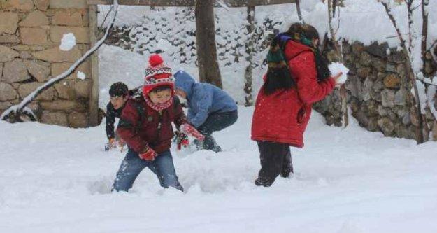 Mut'ta okullar tatil; 20 yıl sonra kar yağdı