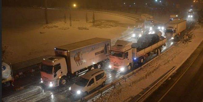 Bursa Balıkesir yolu kar yüzünden ulaşıma kapandı