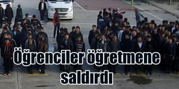 İstiklal Marşı töreninde zorbalık: Liseli öğrenciler, öğretmene saldırdı