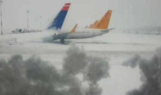 İzmir'de uçak seferleri durdu: Kar seferleri etkiledi