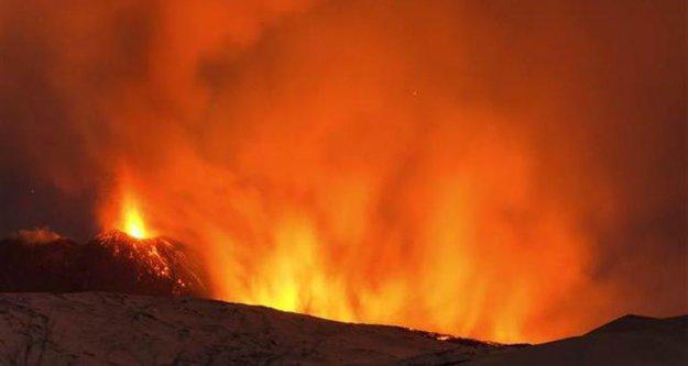 İtalya'da yanardağ patladı