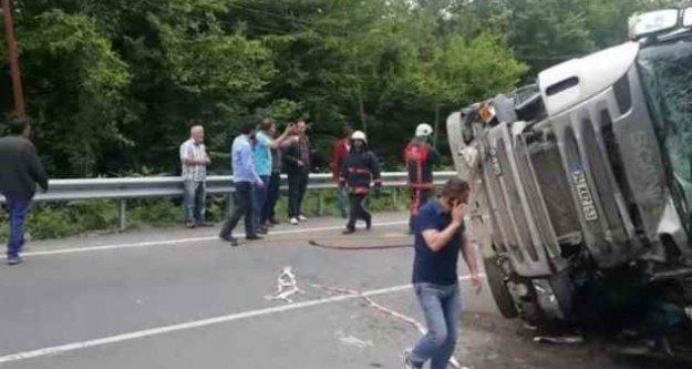 Beykoz'da faciadan dönüldü; Öğrenci servisi kamyonla çarpıştı