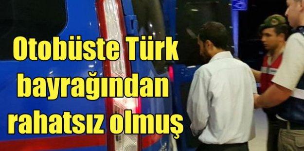 Yolcu otobüsünde Türk Bayrağı'nı indirmeye kalkmış
