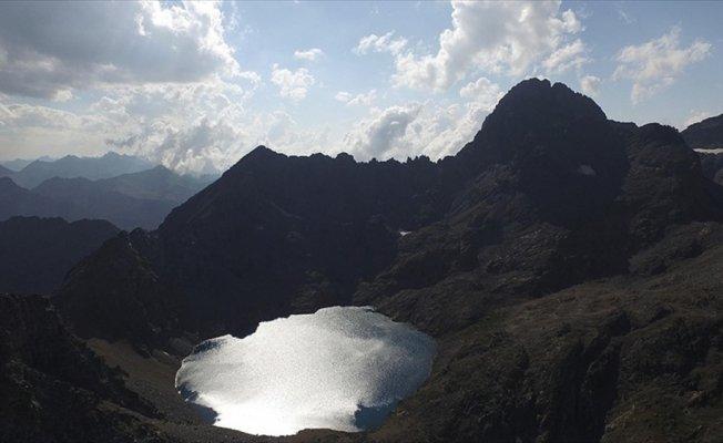 Kaçkar Dağları'nın zirvesinde 'buzul gölü' keyfi