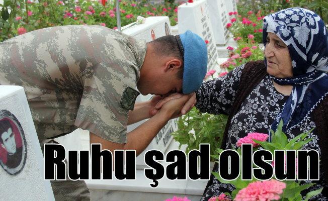 Şehitlikler doldu taştı; Askerler şehit annelerinin elini öptü