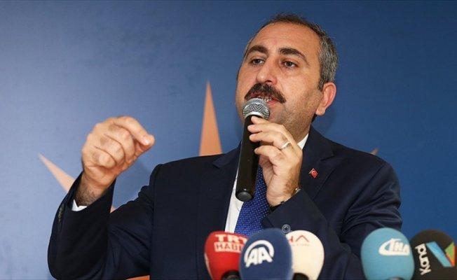 Adalet Bakanı Gül: FETÖ sanıklarının sahnelediği tiyatroyu izliyoruz