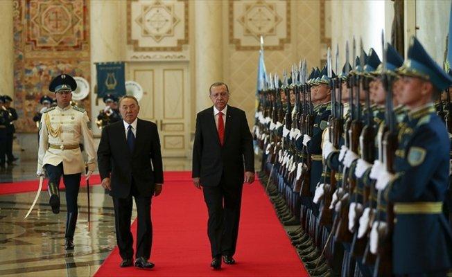 Cumhurbaşkanı Erdoğan Kazakistan'da resmi törenle karşılandı