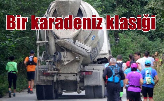Maratoncuların arasına beton mikseri daldı