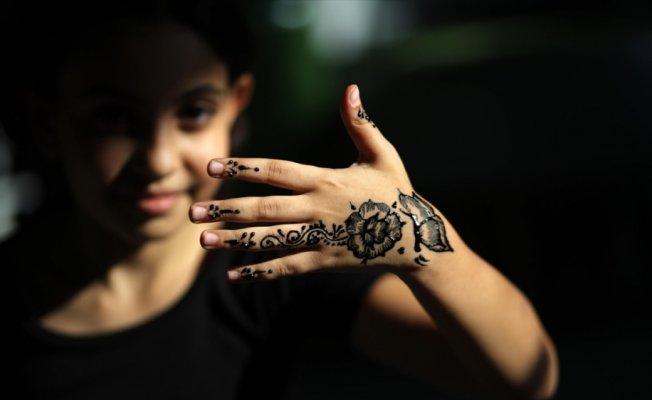 Gazzeli kızların kınalı elleri