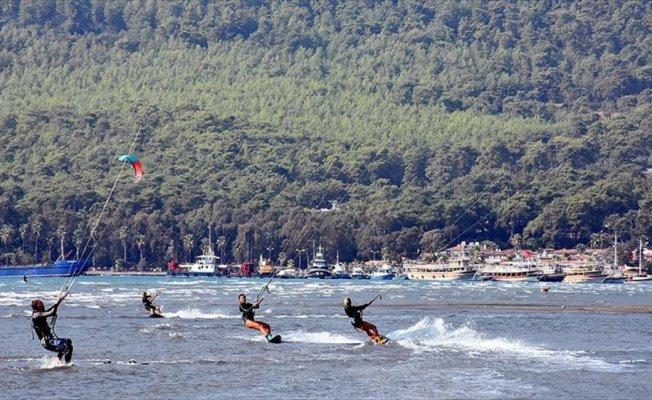 Ünlü sörfçüler 'Sakin Kent'e hayran kaldı