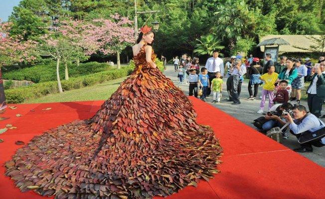 Bu elbise 5 bin 888 yaprak kullanılarak yapıldı