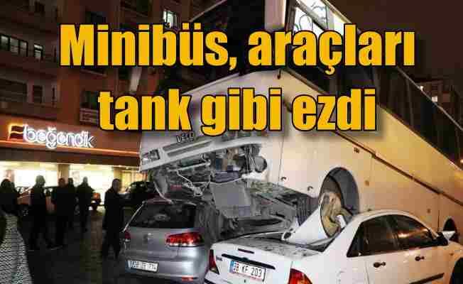 Minibüs tank gibi şaha kalktı, araçları ezdi