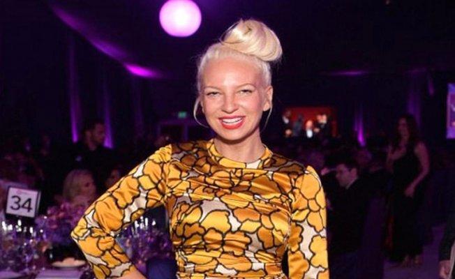 Tehdit Edilen Ünlü Şarkıcı Çıplak Fotoğrafını Kendisi Paylaştı