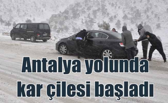 Antalya yolunda ulaşıma kar engeli: Ulaşım güçlükle yapılıyor