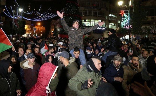Batı Şeria ile Gazze'de on binlerce Filistinli meydanlara döküldü