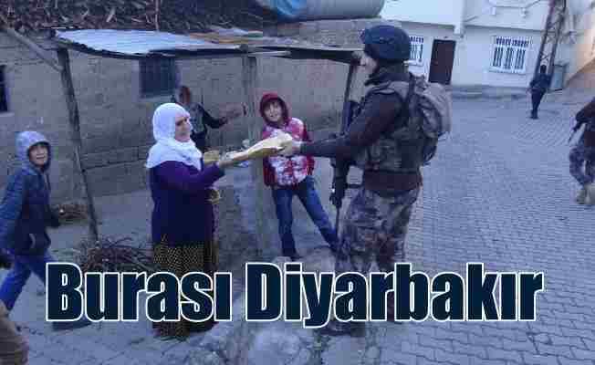 Diyarbakır'da uygulama yapan polislere vatandaştan sıcak tandır ekmeği