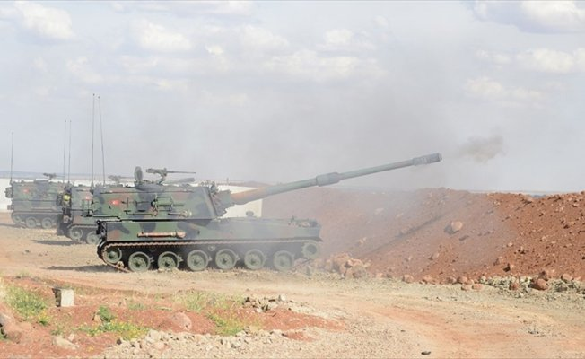 Afrin'den teröristlerin taciz atışlarına obüslerle karşılık veriliyor