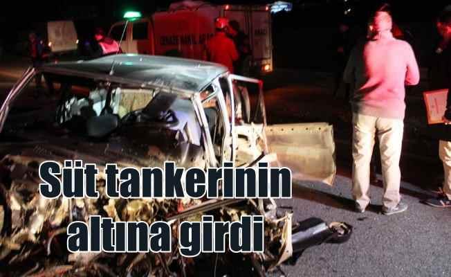 Ayvalıkta trafik kazası; Refüjü aştı, süt tankerinin altına girdi