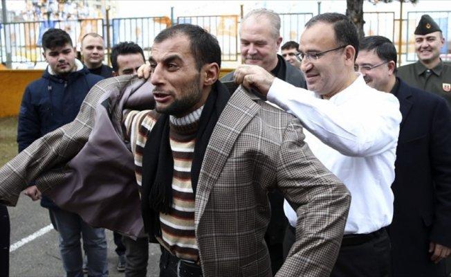 Bozdağ üşüdüğünü söyleyen bir vatandaşa ceketini verdi