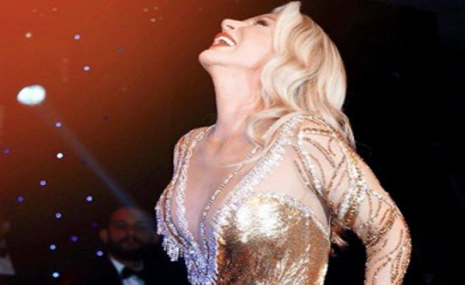 Eski sevgilisi ile elele sahnede şarkı söyledi