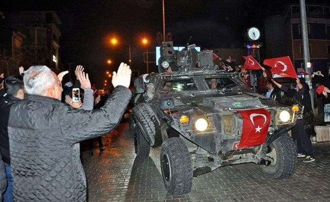 Adıyaman'da vatandaşlardan askerlere sevgi gösterisi