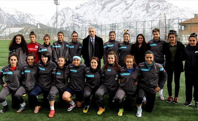 Hakkari'de kadın futbol takımına malzeme desteği