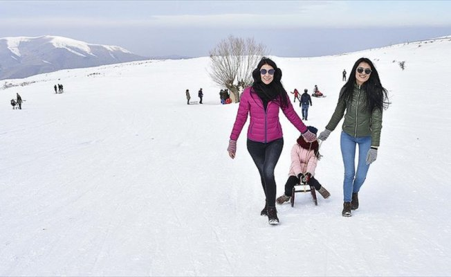 Hazar Gölü kıyısındaki kayak merkezine ilgi artıyor