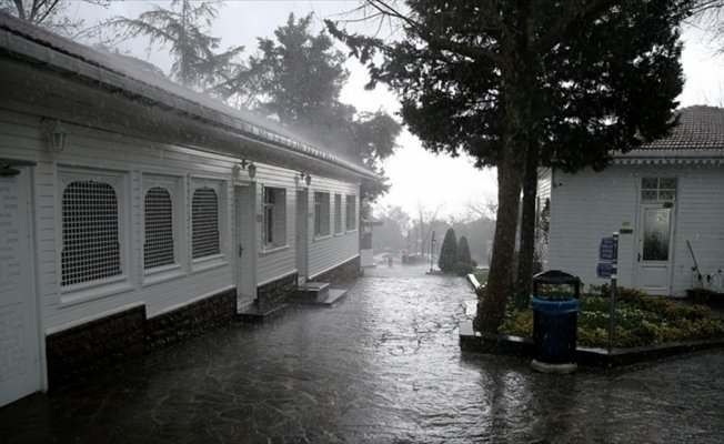 İstanbul'da sağanak ve dolu yağışı hayatı olumsuz etkiledi