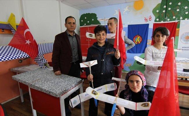 Model uçaklarla, Mehmetçiklere selam gönderdiler