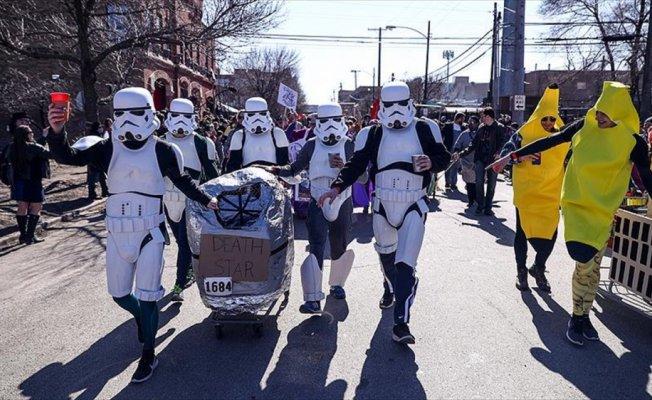 Özel kostümler giyip market arabalarıyla yarıştılar