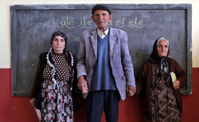 Anne ve babasıyla aynı kursta okuma yazma öğreniyor