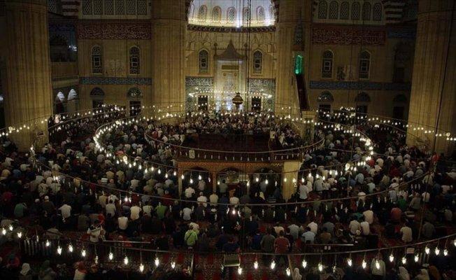 Berat Kandili'nde eller duaya açıldı
