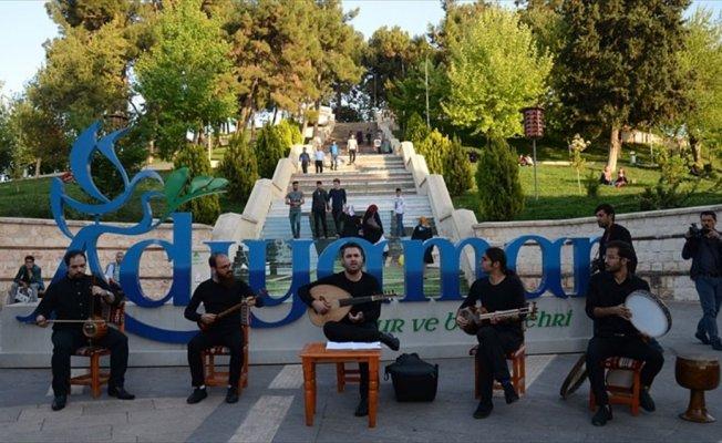 İranlı sanatçılardan Adıyaman'da sokak konseri