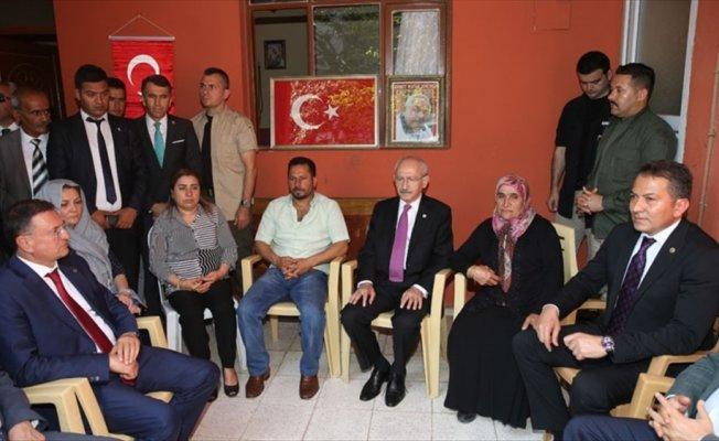 Kılıçdaroğlu'ndan terör saldırılarında yakınlarını kaybedenlere ziyaret