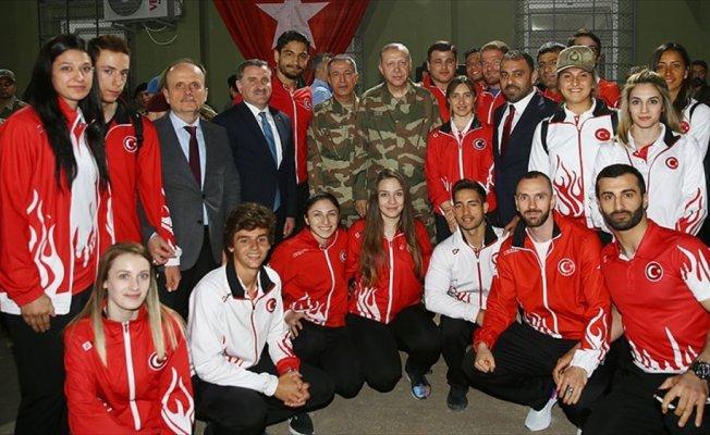 Sporcular Mehmetçiğe moral verdi