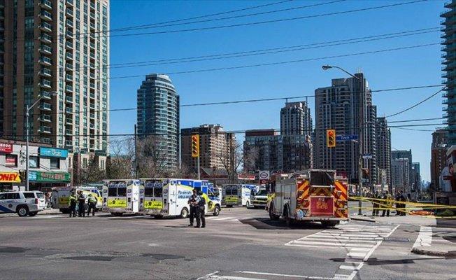 Toronto'da araç yayaların arasına daldı