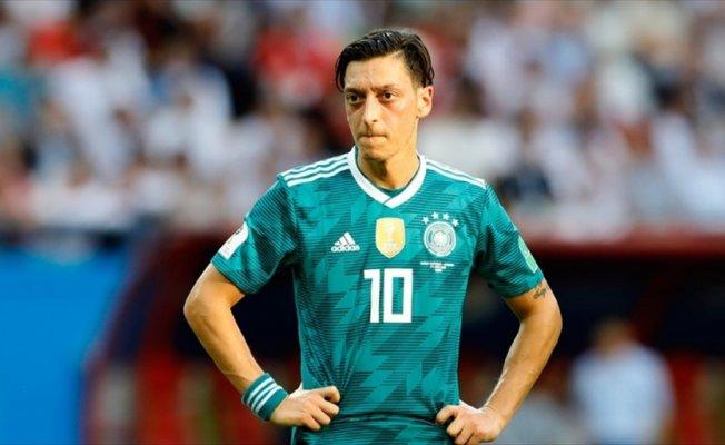 Almanya'da elenmenin faturası Mesut Özil'e çıkarılmaya çalışılıyor
