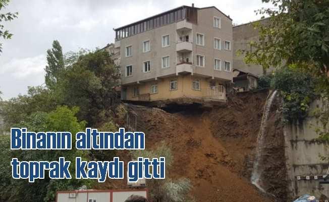 Toprak kayması yüzünden bina yıkılmak üzere