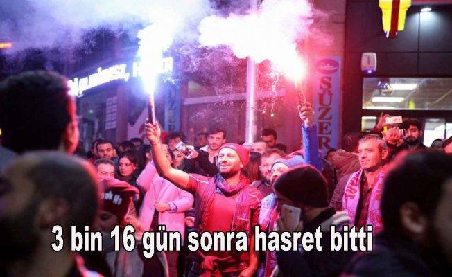 Trabzonspor taraftarı galibiyeti sokaklarda kutladı