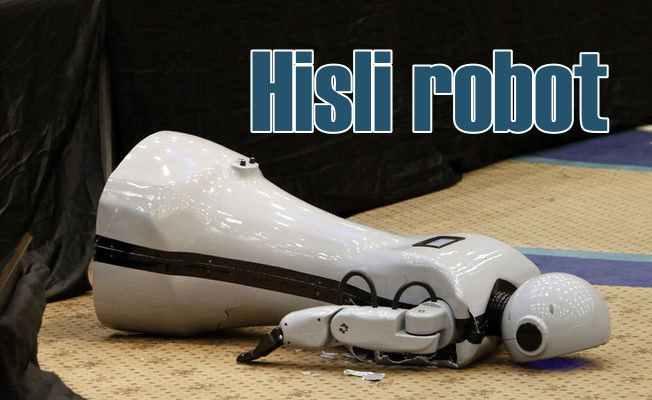 Hisli Robot; Şarkı söylerken kendini kaybetti, sahneden düştü