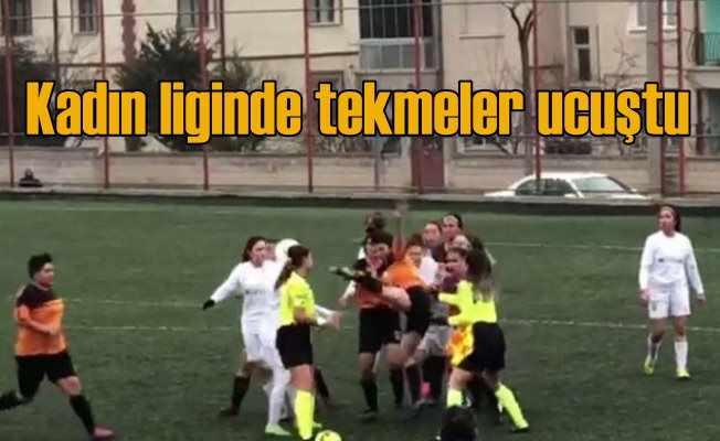 Kadın futbolcu kırmızı kart görünce hakeme saldırdı