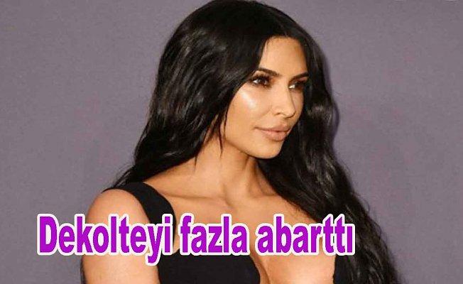 Kardashian dekolteyi fazla abarttı