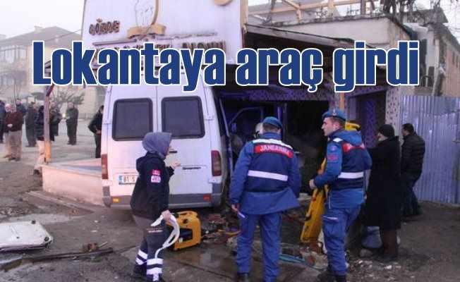 Lokantaya minibüs girdi, 12 kişi yaralandı