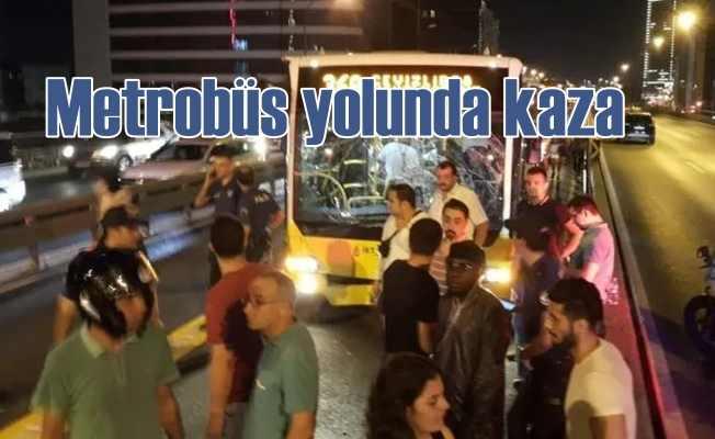Metrobüs yolunda kaza trafiği durdurdu
